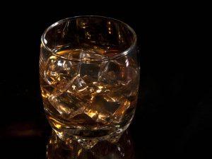 Tárgy fotó jeges ital whisky pohárban